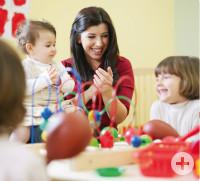 Frau mit spielenden Kindern
